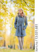 Девушка на прогулке в осеннем парке. Стоковое фото, фотограф Petri Jauhiainen / Фотобанк Лори