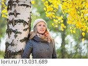 Девушка в осеннем лесу стоит у березы. Стоковое фото, фотограф Petri Jauhiainen / Фотобанк Лори