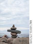 Пирамидка из гальки. Идеальное место для релаксации и медитации на природе. Стоковое фото, фотограф Виктор Колдунов / Фотобанк Лори