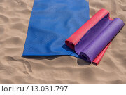 Йога коврики лежат на пляже - подготовка для занятий. Стоковое фото, фотограф Виктор Колдунов / Фотобанк Лори