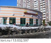 Купить «Ресторан быстрого обслуживания «Макдоналдс». Митинская улица, 40, корпус 3. Москва», эксклюзивное фото № 13032597, снято 9 марта 2011 г. (c) lana1501 / Фотобанк Лори
