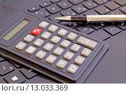 Калькулятор и шариковая ручка. Стоковое фото, фотограф Сергеев Валерий / Фотобанк Лори