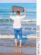 Купить «Человек с чемоданом идет в море», фото № 13035585, снято 14 августа 2014 г. (c) Константин Лабунский / Фотобанк Лори
