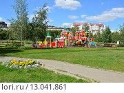 Купить «Детская игровая площадка в виде Кремля в городском парке в Люблине в Москве», эксклюзивное фото № 13041861, снято 25 июля 2015 г. (c) lana1501 / Фотобанк Лори