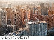 Вид сверху на строительную площадку жилого многоэтажного дома в новом микрорайоне (2013 год). Редакционное фото, фотограф Николай Винокуров / Фотобанк Лори