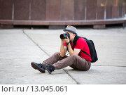 Мужчина в шляпе фотографирует на Nikon, профессиональный фотограф. Редакционное фото, фотограф Петров Игорь Алексеевич / Фотобанк Лори