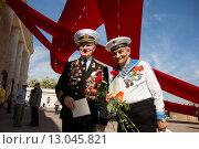 Купить «Два моряка. 9 мая 2015 года», эксклюзивное фото № 13045821, снято 9 мая 2015 г. (c) Михаил Ворожцов / Фотобанк Лори
