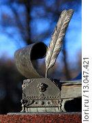 Купить «Чернильница и перо. Фрагмент памятника Карамзину в парке усадьбы Остафьево», эксклюзивное фото № 13047421, снято 6 ноября 2015 г. (c) Яна Королёва / Фотобанк Лори