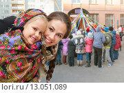 Счастливая молодая мама с дочерью в русских платках, Масленица. Стоковое фото, фотограф Юлия Кузнецова / Фотобанк Лори