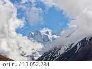 Снежные скалы в облаках. Стоковое фото, фотограф Валера Сабанов / Фотобанк Лори