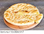 Купить «Осетинский пирог с сыром и картофелем», фото № 13064517, снято 15 ноября 2015 г. (c) Ален Лагута / Фотобанк Лори