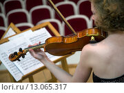 Купить «Красивая девушка играет на скрипке во время II Всероссийского музыкального конкурса в концертном зале города Москвы», фото № 13065317, снято 14 ноября 2015 г. (c) Николай Винокуров / Фотобанк Лори