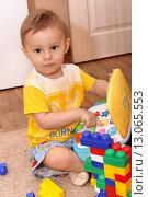 Купить «Маленький ребенок играет с игрушками», фото № 13065553, снято 5 ноября 2015 г. (c) Виктор Топорков / Фотобанк Лори