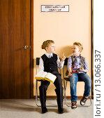 Купить «Два брата-близнеца перед общением с социальным педагогом», фото № 13066337, снято 8 ноября 2015 г. (c) Владимир Мельников / Фотобанк Лори