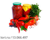 Купить «Лечо в банках и овощные ингредиенты на светлом фоне», эксклюзивное фото № 13066497, снято 18 октября 2015 г. (c) Blekcat / Фотобанк Лори