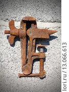 Купить «Старые ржавые тиски на каменном фоне», фото № 13066613, снято 19 мая 2013 г. (c) Евгений Ткачёв / Фотобанк Лори