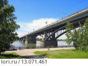 Купить «Октябрьский мост на фоне синего неба. Город Новосибирск», фото № 13071461, снято 31 июля 2015 г. (c) Григорий Писоцкий / Фотобанк Лори