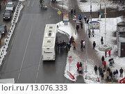 Балашиха,  автобус съезжает с трассы М-7 на Советскую улицу, эксклюзивное фото № 13076333, снято 15 ноября 2015 г. (c) Дмитрий Неумоин / Фотобанк Лори