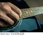 Купить «Мужчина играет на акустической гитаре», фото № 13078629, снято 4 марта 2015 г. (c) Роман Гадицкий / Фотобанк Лори