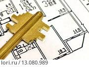 Купить «Ключ лежит на плане квартиры», эксклюзивное фото № 13080989, снято 19 ноября 2015 г. (c) Юрий Морозов / Фотобанк Лори