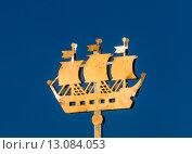 Купить «Копия кораблика со шпиля Адмиралтейства в городе Санкт-Петербурга установленная, как декоративный элемент на улице в праздник День города», фото № 13084053, снято 24 мая 2015 г. (c) Николай Винокуров / Фотобанк Лори