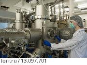 Научная лаборатория, женщина в белом халате стоит возле установки (2012 год). Редакционное фото, фотограф Игорь Акимов / Фотобанк Лори