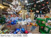 Купить «Продажа ёлочных игрушек и украшенная новогодняя елка в Главном универсальном магазине (ГУМ) города Москвы, Россия», фото № 13098185, снято 21 ноября 2015 г. (c) Николай Винокуров / Фотобанк Лори