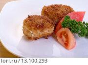 Котлеты на тарелке с ломтиком томата и зеленью. Стоковое фото, фотограф Эдуард Пиолий / Фотобанк Лори
