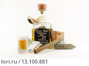 Купить «Натюрморт с бутылкой текилы, рюмкой, сигарой и деньгами», фото № 13100881, снято 22 ноября 2015 г. (c) Ивашков Александр / Фотобанк Лори