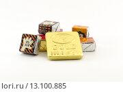 Купить «Шоколадные конфеты на белом фоне», фото № 13100885, снято 22 ноября 2015 г. (c) Ивашков Александр / Фотобанк Лори