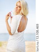 Купить «Stunning blond woman biting sunglasses», фото № 13108469, снято 5 сентября 2014 г. (c) Ingram Publishing / Фотобанк Лори