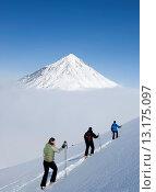Купить «Three montaineering skiers on Mountain in Kamchatka Russia with Koryaksky volcano in distance 2008», фото № 13175097, снято 22 мая 2019 г. (c) age Fotostock / Фотобанк Лори