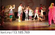 Купить «Маленькие дети на сцене повторяют движения аниматоров. Хургада, Египет», видеоролик № 13185769, снято 23 ноября 2015 г. (c) Кекяляйнен Андрей / Фотобанк Лори