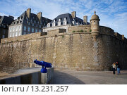 Купить «View of the walled city from the way to the lighthouse, Saint-Malo, Ille-et-Vilaine, Brittany, France», фото № 13231257, снято 31 мая 2010 г. (c) age Fotostock / Фотобанк Лори