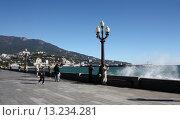 Купить «Крым, набережная города Ялта», эксклюзивное фото № 13234281, снято 30 октября 2015 г. (c) Дмитрий Неумоин / Фотобанк Лори