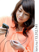 Купить «Teenage girl listening to music», фото № 13312141, снято 19 декабря 2007 г. (c) age Fotostock / Фотобанк Лори
