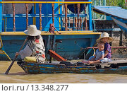 Купить «A family poles their boat through the Vietnamese floating village of Chong Kneas on lake Tonle Sap _ Siem Reap, Cambodia», фото № 13348277, снято 16 июля 2018 г. (c) age Fotostock / Фотобанк Лори