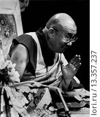 His Holiness THE 14TH DALAI LAMA of TIBET gives BUDDHIST TEACHINGS in Los Angeles California in 2000. Стоковое фото, фотограф MyLoupe\UIG / age Fotostock / Фотобанк Лори