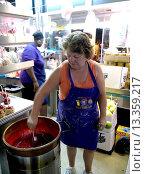 Купить «Carnival concession worker dipping fresh apples into a candy apple coating mixture.», фото № 13359217, снято 18 февраля 2019 г. (c) age Fotostock / Фотобанк Лори
