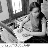 Купить «TEENAGE GIRL UNDER STRESS USING LAPTOP COMPUTER AT HOME.», фото № 13363649, снято 10 июля 2020 г. (c) age Fotostock / Фотобанк Лори