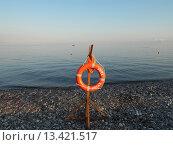 Купить «Пляж Роза Хутор, Сочи, спасательный круг и спокойное голубое море», фото № 13421517, снято 15 июля 2015 г. (c) DiS / Фотобанк Лори