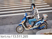 Купить «A chinese woman rides an electric scooter wearing a face mask in Shanghai, China», фото № 13511265, снято 22 мая 2019 г. (c) age Fotostock / Фотобанк Лори