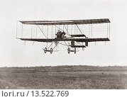 Henri Farman winning the Grand Prix of two thousand pounds for the longest flight of 112 miles in a Farman III Biplane at The Grande Semaine d´Aviation... Редакционное фото, фотограф Classic Vision / age Fotostock / Фотобанк Лори