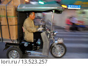Купить «China, Shanghai, Huangpu District, Sichuan Road, traffic, electric, motor scooter, trike, cart, boxes, hauling, Asian, man, motion,», фото № 13523257, снято 22 мая 2019 г. (c) age Fotostock / Фотобанк Лори