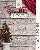 Купить «Новогодняя декорация на деревянной белой стене», фото № 13547893, снято 29 октября 2015 г. (c) Элина Гаревская / Фотобанк Лори