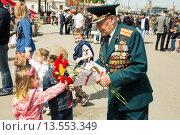 Купить «Дети дарят цветы ветерану. 9 мая 2015 года», эксклюзивное фото № 13553349, снято 9 мая 2015 г. (c) Михаил Ворожцов / Фотобанк Лори