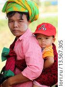 Купить «Pa-O woman carrying her boy at Local Market, Inle Lake, Shan State, Myanmar», фото № 13567305, снято 15 ноября 2019 г. (c) age Fotostock / Фотобанк Лори