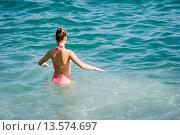 Купить «Девушка входит в море», эксклюзивное фото № 13574697, снято 21 сентября 2015 г. (c) Александр Щепин / Фотобанк Лори