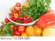 Помидоры, листья салата и перец. Стоковое фото, фотограф Оксана Лозинская / Фотобанк Лори
