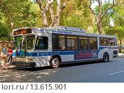 Купить «Clean Air Hybrid Electric Bus, 5th Avenue, Manhattan, New York, USA», фото № 13615901, снято 20 мая 2019 г. (c) age Fotostock / Фотобанк Лори
